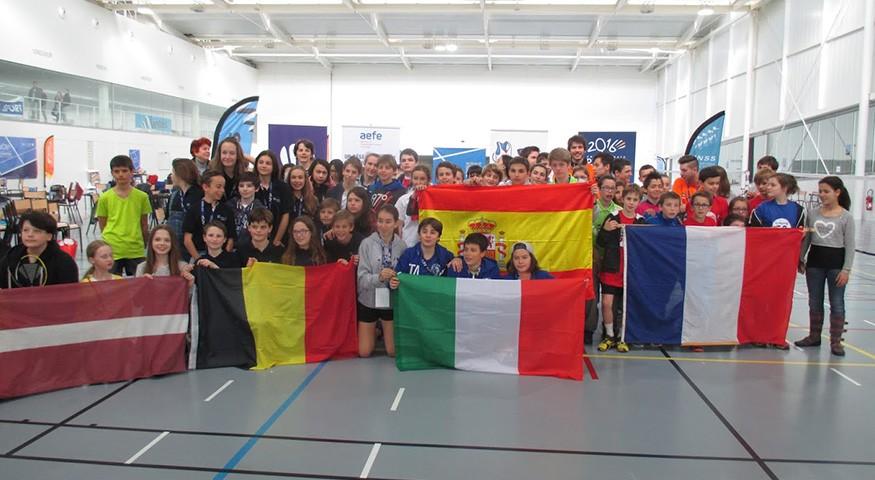 Photo de groupe avec drapeaux