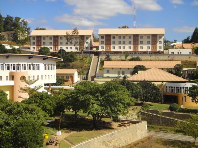 Au fond, la nouvelle résidence des lycéens