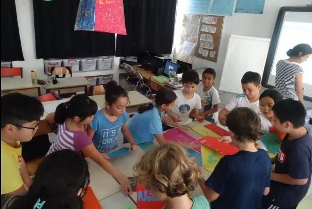 Réalisation d'un puzzle trilingue par les élèves à Hanoi