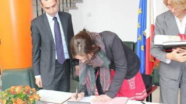 La première volontaire signant son engagement de service