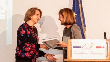 Remise du prix Excellence française à Mme Descôtes