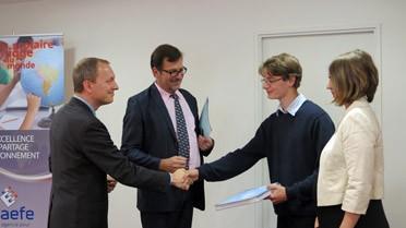Tanguy et sa professeure félicités par le directeur adjoint de l'AEFE