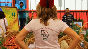 Tee shirt personnalisé et couvre-chef traditionnel libanais.