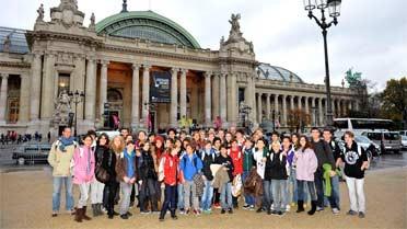 L'équipe mondiale du réseau devant le Grand Palais
