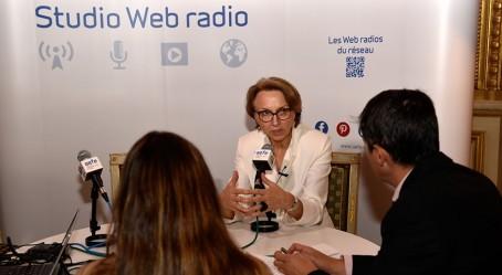 Photo : Anne-Marie Descôtes au micro de la Web radio