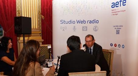 Photo : le directeur de l'AEFE au micro de la Web radio