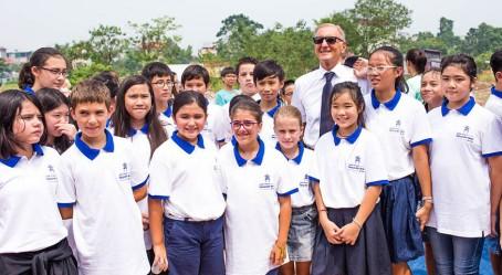 Le secrétaire d'État avec des élèves
