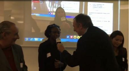 "iTV de participants devant l'écran diffusant le ""Live"""