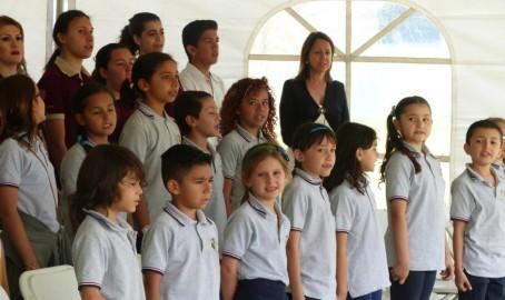 Les élèves pendant les hymnes