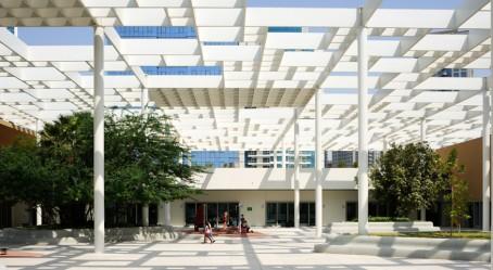 Abu Dhabi : vue de la cour et de l'ombrière