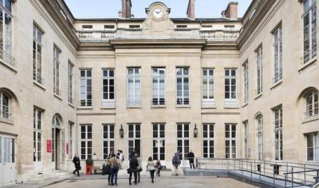 Une cour intérieure, côté rue des Saint-Pères à Paris