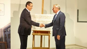 Les Premiers ministres français et roumain devant la plaque commémorative