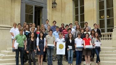 Les lauréats des olympiades nationales de géosciences 2012 dans la cour du ministère