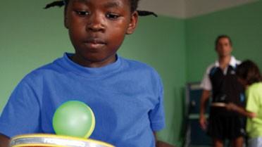 Petite fille dans une activité de motricité avec le tennis de table